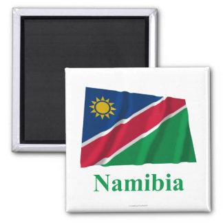 Wellenartig bewegende Flagge Namibias mit Namen Magnets