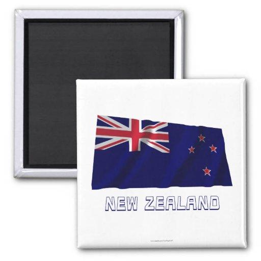 Wellenartig bewegende Flagge Neuseelands mit Namen Magnets