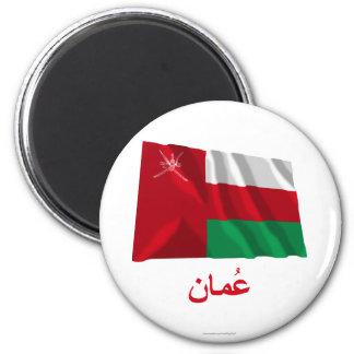 Wellenartig bewegende Flagge Omans mit Namen auf A Runder Magnet 5,7 Cm