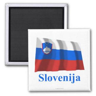 Wellenartig bewegende Flagge Sloweniens mit Namen  Quadratischer Magnet