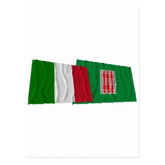 Wellenartig bewegende Flaggen Italiens und Postkarte