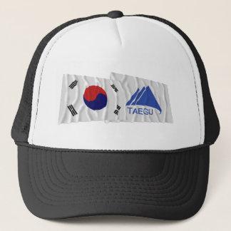 Wellenartig bewegende Flaggen Koreas und Taegus Truckerkappe