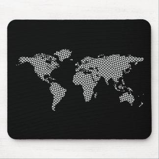 Weltkarte mit abstrakten geometrischen Dreiecken Mauspads