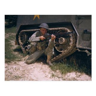 Weltkrieg-Soldat, der mit Garand Gewehr knit Postkarte