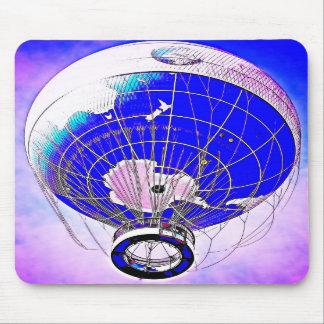 Weltkugel-Ballon und rosa Farbhimmel Mauspad
