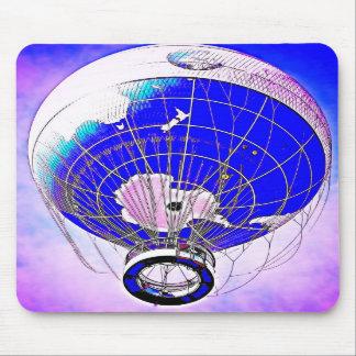 Weltkugel-Ballon und surrealer Himmel Mousepads