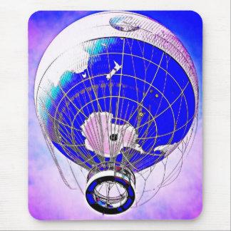 Weltkugel-Ballon und surrealer Himmel Mousepad