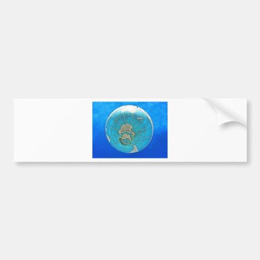 Weltkugel-Ballon und tiefer blauer Himmel Autoaufkleber