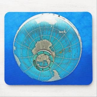 Weltkugel-Ballon und tiefer blauer Himmel Mauspad