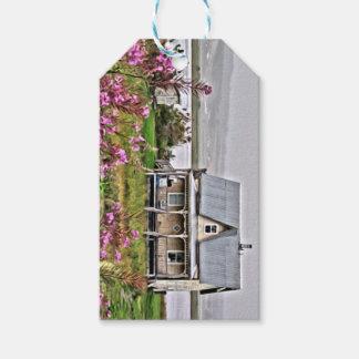 Wenig Haus mit einem Feld der Blumen Geschenkanhänger