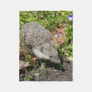 wenig niedlicher Besuch im Garten Fleecedecke