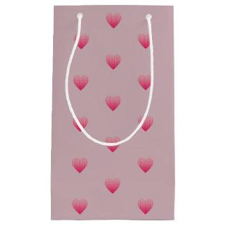 Wenig rosa Herzmustermalvenfarbe erröten Kleine Geschenktüte