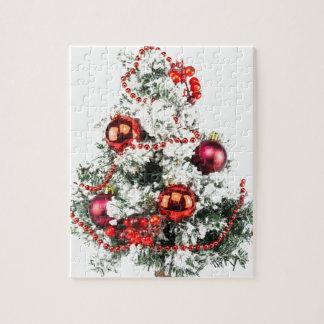 Wenig verzierter Weihnachtsbaum mit Flitter Puzzle
