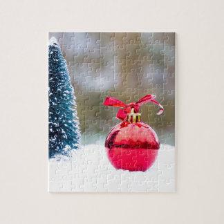Wenig Weihnachtsbaum und roter Flitter im Schnee Puzzle