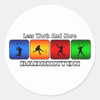 Weniger Arbeit und mehr Badminton Runder Aufkleber