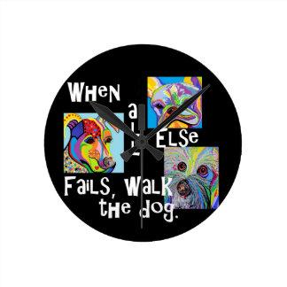 Wenn alles sonst versagt, gehen der Hund Runde Wanduhr