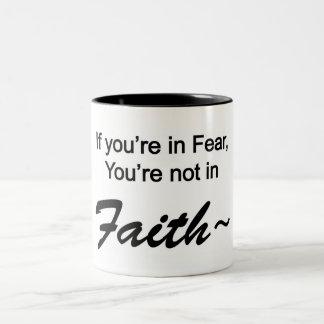 Wenn Sie in der Furcht sind, sind Sie nicht im Zweifarbige Tasse