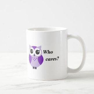 Wer interessiert sich? Niedliche lila Cartooneule Kaffeetasse