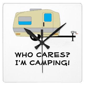 Wer sich interessiert, bin ich Camping Quadratische Wanduhr