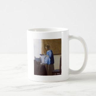 Werdende Mutter, die einen Brief liest Kaffeetasse