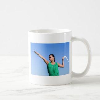 Werfender Bumerang der niederländischen Frau im Kaffeetasse