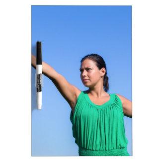 Werfender Bumerang der niederländischen Frau im Memoboard