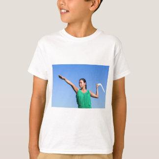 Werfender Bumerang der niederländischen Frau im T-Shirt