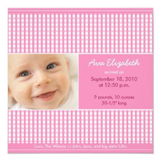 Wertvolle Gingham-(rosa) Geburts-Mitteilung Quadratische 13,3 Cm Einladungskarte