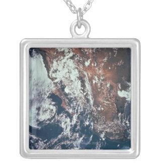 Wettergeschehen über Erde Halskette Mit Quadratischem Anhänger