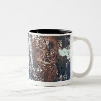 Wettergeschehen über Erde Zweifarbige Tasse