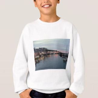 Whitby an der Dämmerung Sweatshirt
