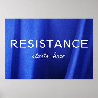 Widerstand beginnt hier auf blauem Silk abstraktem Poster