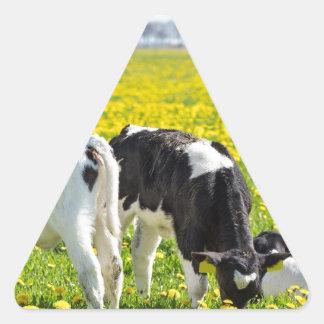 Wiese mit drei neugeborene calfs im Frühjahr Dreieckiger Aufkleber