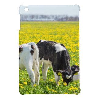 Wiese mit drei neugeborene calfs im Frühjahr iPad Mini Hülle