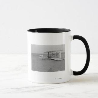 Wilbur Wright in geschädigtem Flugzeug nachher Tasse