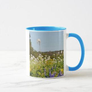 Wildblumen und Windmühle im Texas-Hügel-Land Tasse