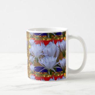 Wilde weiße Lilly Blume:  Fantastische Welt der Kaffeetasse