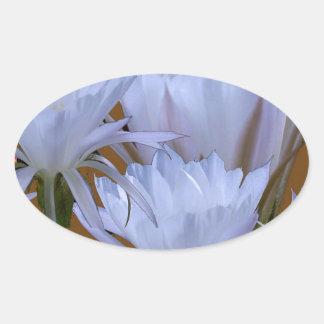 Wilde weiße Lilly Blume:  Fantastische Welt der Ovaler Aufkleber