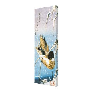 Wildente-Schwimmen-Schnee beladene Schilfe durch Gespannter Galeriedruck