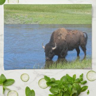 Wilder Büffel Yellowstone im Teich Geschirrtuch