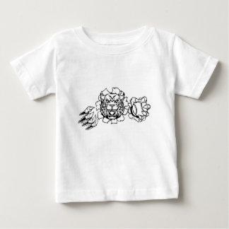 Wilder haltener Baseball-Ball, der Hintergrund Baby T-shirt
