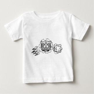 Wilder haltener Bowlings-Ball, der Hintergrund Baby T-shirt