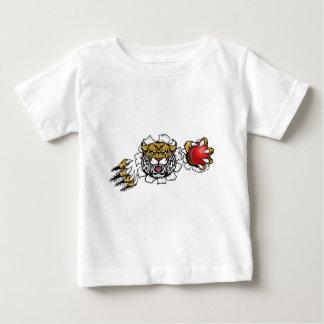 Wilder haltener Kricketball, der Hintergrund Baby T-shirt