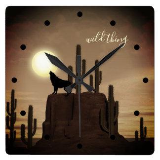 wilder Sache ~ Vollmond-Wolf-Heulenwüsten-Kaktus Quadratische Wanduhr