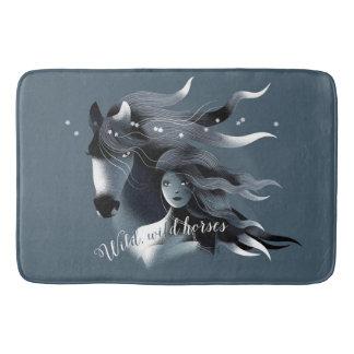 Wildes Pferd und ein Mädchen Badematten