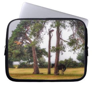 Wildes schwarzes neues Waldpony u. Baum - England Laptop Sleeve