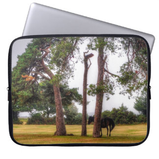 Wildes schwarzes neues Waldpony u. Baum - England Laptopschutzhülle