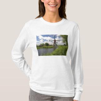 Windmühle entlang einem Kanal östlich von Leiden T-Shirt