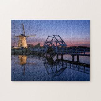 Windmühle und ein Drawbridge am Puzzlen des Puzzle