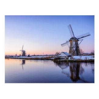 Windmühlen im Winter entlang einem gefrorenen Postkarte